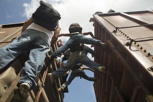 Los migrantes centroamericanos que viajan en tren en México a menudo están exhaustos debido a los largos viajes y son víctimas de la violencia. MSF les brinda asistencia. || Anna Surinyach