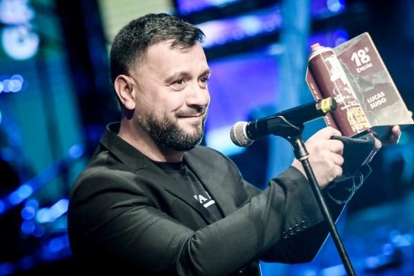 Lucas Sugo ganó el premio como artista del año por votación popular, ahora denominado Omar Gutiérrez.