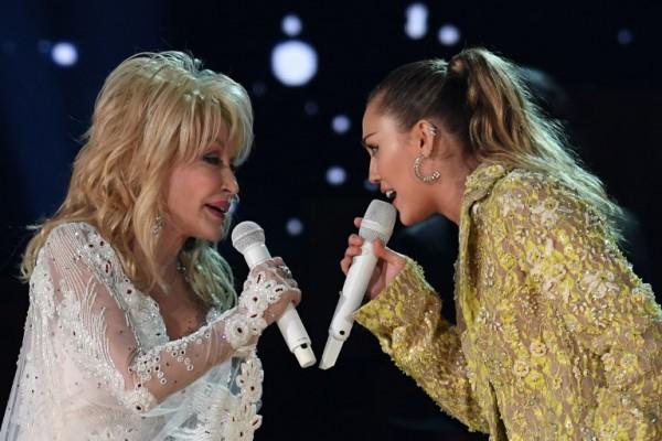 Dolly Parton fue homenajeada, entre otras, Miley Cyrus (AFP)
