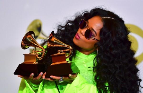 Gabriella Wilson, conocida como H.E.R., con su premio a la mejor performance R&B (AFP)