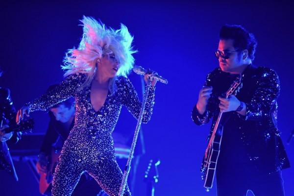 Lady Gaga con sus premios y durante su actuación (AFP)
