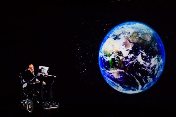 En una conferencia mediante holograma desde su despacho a Hong Kong (Anthony WALLACE / AFP)