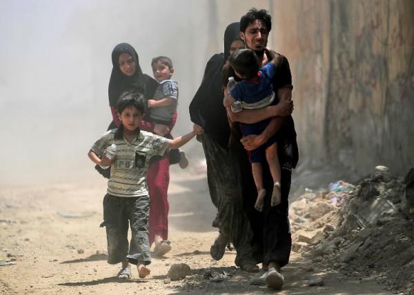 Familia iraquí huye de Mosul tras un ataque del Estado Islámico || AFP