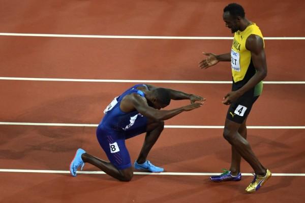 Justin Gatlin y Usain Bolt tras la final de 100 metros en el Mundial de Atletismo || AFP