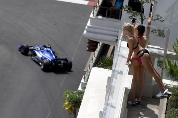 Mujeres mirando el Gran Premio de Mónaco de Fórmula 1 || AFP