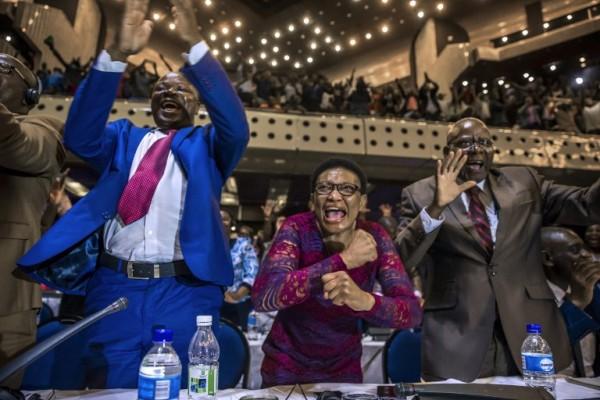 Parlamentarios de Zimbabue celebran la renuncia de Mugabe tras 37 años en el poder || AFP