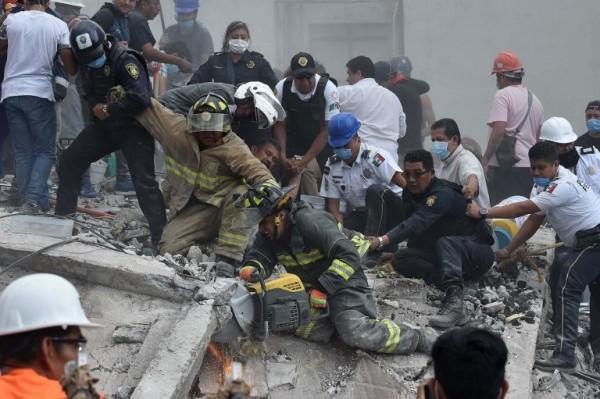Rescatistas tras un terremoto en México || AFP