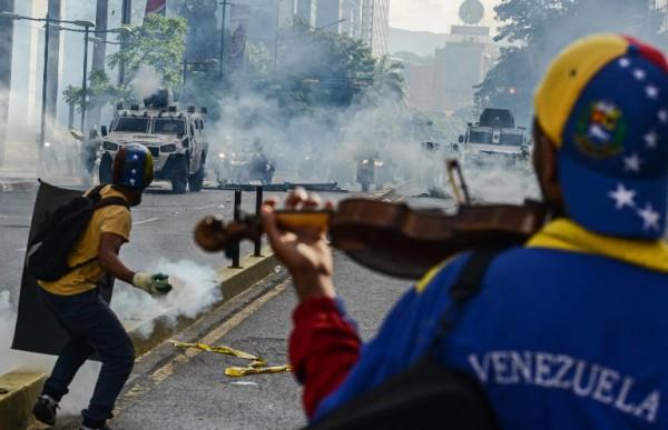 Violinista durante protesta en Venezuela || AFP