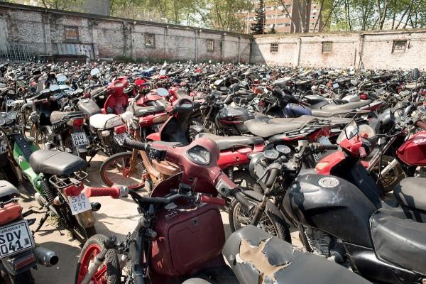 Depósito de motos retiradas del tránsito por circular en condiciones no reglamentarias de la Intendencia de Montevideo. Calle Panamá entre Rondeau y Paraguay. || Ricardo Antúnez / AdhocFOTOS