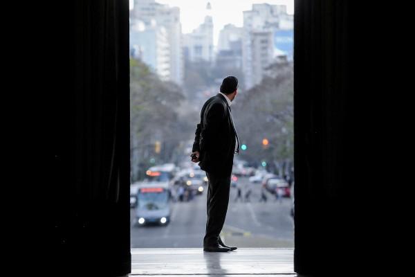Puerta del Palacio Legislativo. || Javier Calvelo/ adhocFOTOS