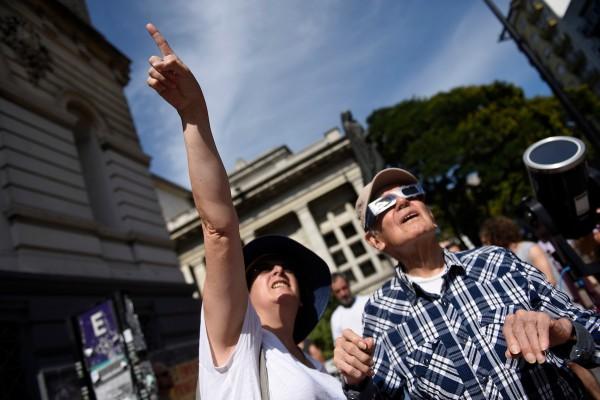 Vista de un eclipse anular frente a la Universidad de la Republica, en Montevideo. || Nicolás Celaya /adhocFOTOS