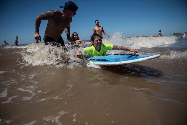 Tercer festival de surf inclusivo en la playa Malvin, en Montevideo. || Nicolás Celaya