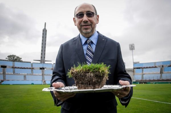 Alfredo Etchandy durante la ceremonia para afianzar los lazos entre Rusia y Uruguay en el césped del Estadio Centenario. || Javier Calvelo