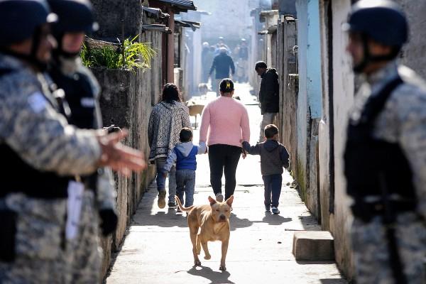 Durante el censo de hogares y viviendas en el complejo de la Unidad Misiones, conocido como Los Palomares de Casavalle, Montevideo. || Javier Calvelo