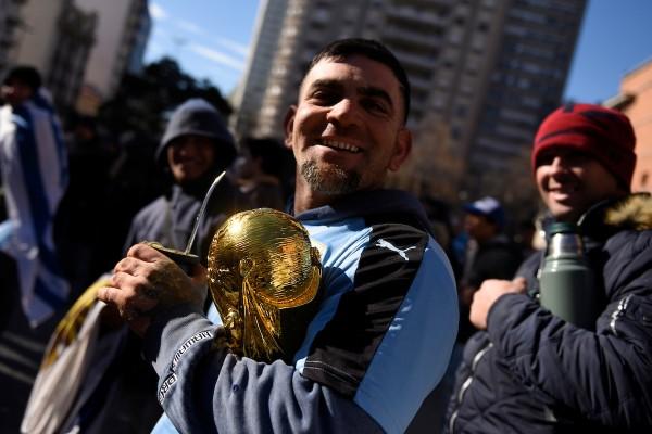 Aficionados observan el partido Uruguay vs Rusia en la explanada de la Intendencia, Montevideo. || Nicolás Celaya