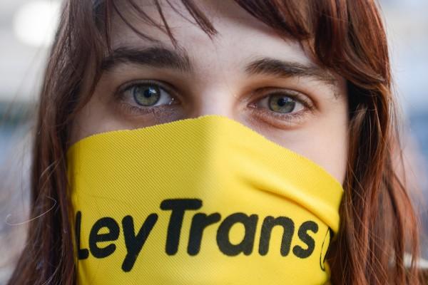 Entrega de pañuelos de la Campaña Nacional por la Ley Integral para Personas Trans, en el Callejón de la Universidad. || Santiago Mazzarovich