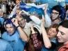 Daniel Martinez, intendente de Montevideo, entre los hinchas de Uruguay miran por tv el encuentro ante Arabia Saudita, por el Mundial FIFA Rusia 2018, en el Mercado Agrícola de Montevideo. || Javier Calvelo