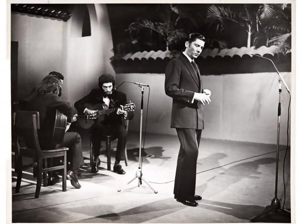 "Alfredo Zitarrosa. Programa ""Superjueves musical"" del Canal 8 VTV de Caracas, Venezuela. 16 de octubre de 1975. || Autor: S.d - Archivo Zitarrosa"
