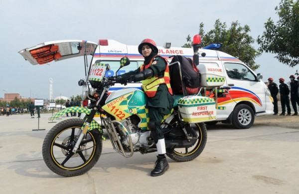 PAKISTÁN - Samra Akram Zia, primeros auxilios    AFP