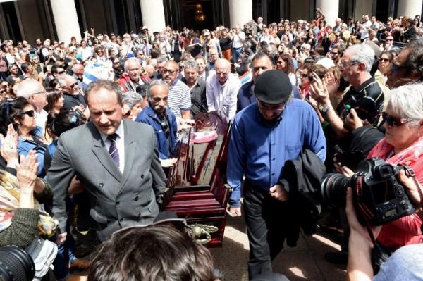 El velorio se realizó en el Teatro Solís || PABLO PORCIUNCULA / AFP