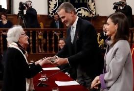 Portal 180 - Ida Vitale abraza su premio y a Cervantes