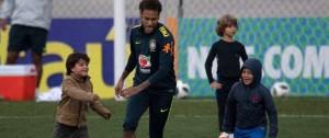 Portal 180 - Nervios y aglomeración en el único entrenamiento abierto de la selección en Brasil