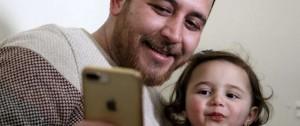 """Portal 180 - Siria: padre enseña a su hija a reirse de las bombas, """"a la espera de una vida decente"""""""