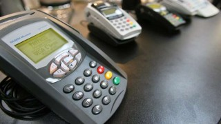 Compras con tarjetas de débito se igualan a las de crédito | 180