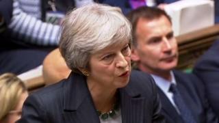 Debilitada por dimisiones a raíz del Brexit, May se debate ante el parlamento | 180