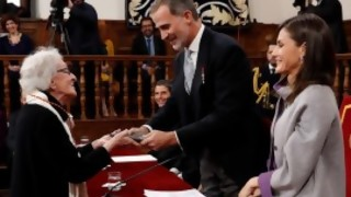 Ida Vitale abraza su premio y a Cervantes | 180