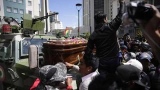 La policía dispersó una marcha con féretros de fallecidos en La Paz | 180