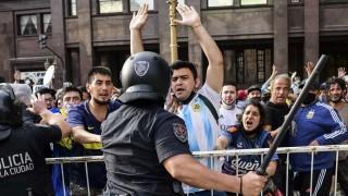 Incidentes alrededor de sede de Gobierno argentino en despedida a Maradona | 180