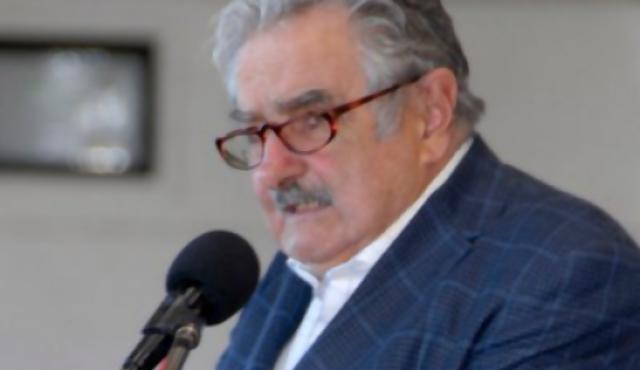 """Mujica pidió que no se cargue al Ejército con """"mochilas del pasado"""""""