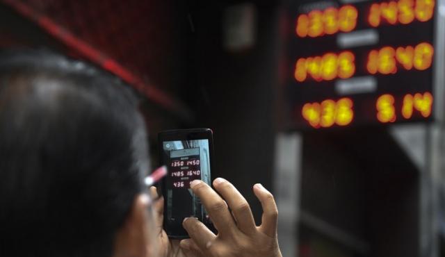 Dólar sube más de 40% en primer día sin cepo en Argentina