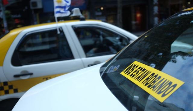 """Emboscada """"de casualidad"""" de taxistas a Uber"""
