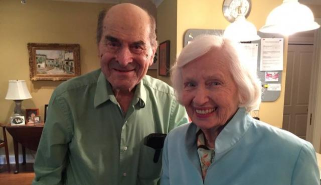 A los 96 años, Heimlich salva a una mujer con su célebre maniobra