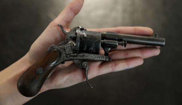 El revólver con el que Verlaine disparó contra Rimbaud, subastado en 434.500 euros