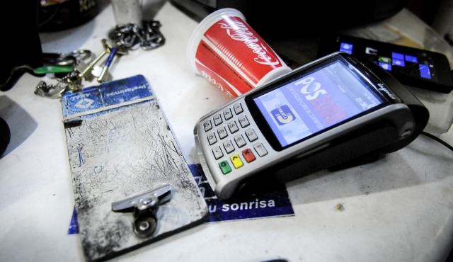 Regreso de ley de tarjetas enfrenta a senador oficialista con Ministerio de Economía