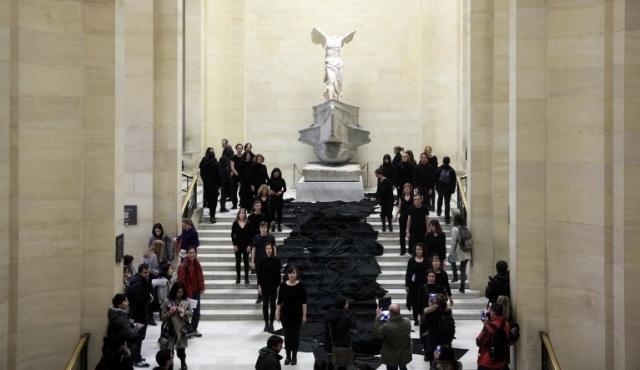 """Ambientalistas derraman """"río de petróleo"""" simbólico en el Louvre"""