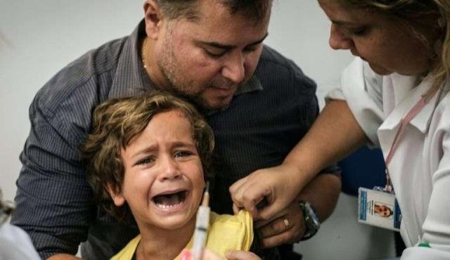 Centros de vacunación abarrotados en Brasil por fiebre amarilla