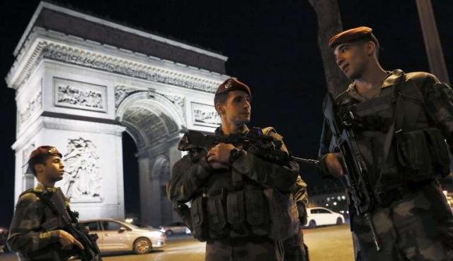 Ataque yihadista mata a un policía y hiere a dos en París