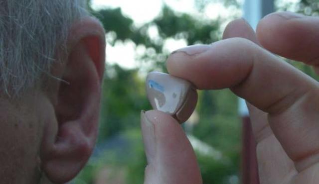Buscan crear banco de audífonos para niños