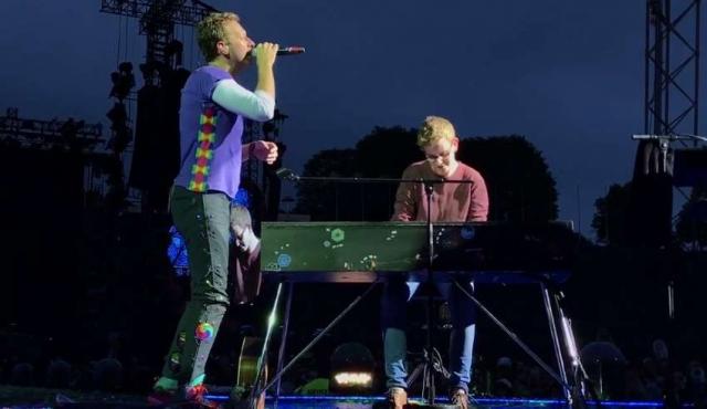 Chris Martin y un joven fan tocaron Everglow ante 70.000 personas