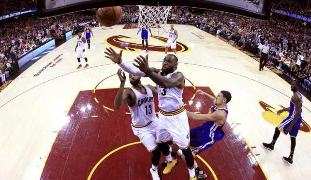 LeBron e Irving mantienen con vida a Cavaliers ante Warriors
