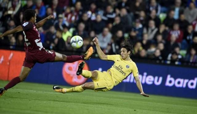 Cavani alcanzó a Falcao al frente de goleadores de la liga francesa