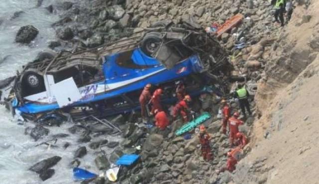 Al menos 48 muertos al caer un ómnibus a un abismo en Perú