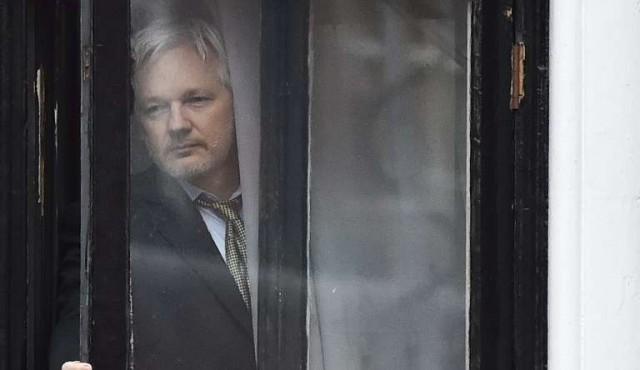 Ecuador concede nacionalidad a Assange, asilado en Londres