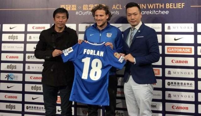 Forlán llegó a Hong Kong para jugar en el Kitchee SC
