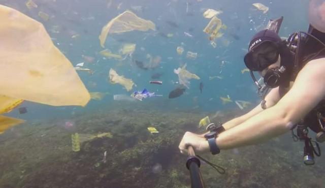 Un mar de basura en las aguas de Bali