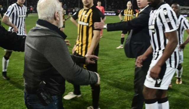El gobierno griego suspende el fútbol tras la irrupción con pistola del dueño del PAOK